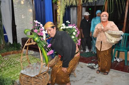 Sesi Adhol Dhawet pacara ernikahan adat Jawa. Kedua orang tua yang menjual es dawet menggunakan batik motif truntum. (Sumber tovavanjava.wordpress.com)